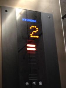 エレベーターはHYUNDAI。
