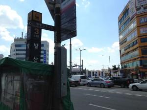 バルサン駅前の大通り。 それなりに飲食店も多くあります。